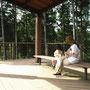 木立の中の憩いの空間