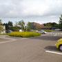 施設正面と駐車場