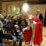 Nikolaus teilt aus und spricht mit den Kindern