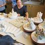 Zusammenfügen von Porzellan zu einem Kunstwerk