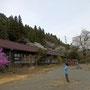 4月上旬 東吾妻町天然記念物のおまき桜と旧・岩島第二小学校校舎
