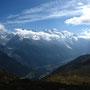 Une vue nébuleuse sur la vallée et le massif