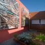 Le jardin de l'eau : images photographiques de la roselière de l'étang de Vendres, plantes potagères et aromatiques, récupérateur d'eau de pluie (espace pédagogique réalisé par les élèves avec les enseignants de SVT et le jardinier P. Bambust).