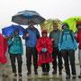 Fröhliche Gesichter, trotz Bindfaden-Regen am Start zur Rückwanderung