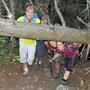 Toni mit Frauen im Unterholz