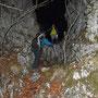 Wir steigen durchs Couloir durch die Felsen