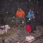 Mit einem Schnaps gegen die Sturmwinde auf dem Hellchöpfli am Donnerstagabend 11. November 2010