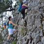 Eleganter Einstieg der Kampfwanderfrauen in die Kletterpassage