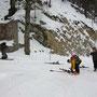 Die Skis werden angeschnallt oberhalb vom Wäbernhüsli