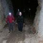 Die Spitzengruppe marschiert in den Tunnel ein