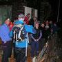 Im Hüttli bereitet eine andere Wandergruppe ein Fondue vor