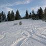 Auf der zweiten Jurakette liegt bedeutend weniger Schnee und die Abfahrt wird holprig
