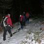 Der Wanderleiter schlägt mit den jungen Frauen ein flottes Tempo an