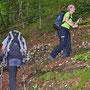 Die Wanderleiterin mit flottem Tempo im steilen Schluchtaufstieg nach Sur les Rives