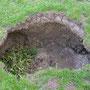 Ganz wüst: Unvermittelt tut sich auf der Alpweide ein zwei Meter breites und zwei Meter tiefes Loch auf