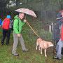 diesen Regenschirmtouristen am Wegrand nehmen wir gleich mit