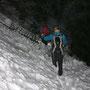 Die beiden Alpinisten tasten sich vorsichtig hinunter. Z.T. durch mitgerissene Bäume.