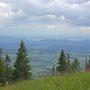 Hinter dem Mont Vully taucht sogar der Murtensee auf