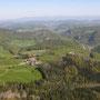 Blick ins Baselländische und in der Ferne bis zum schneebedeckten Feldberg im Schwarzwald