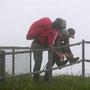 Vor einem Abstieg von 13 Kilometer Länge und 1200 Höhenmetern heisst es Schuhe schnüren