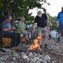 Trotz grossem Holzmangel bringen wir ein schönes Grillfeuer zustande