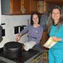 Unser Küchenteam hat keine Mühe mit dem Holzofenherd