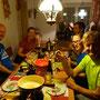 Barbara und Remo verwöhnen uns mit einem feinen Fondue und Raclette.