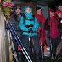 Gruppenbild vor dem Abmarsch beim Ueli. Gleich fliegt dem Urs sein Rucksackregenschutz davon