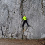 Toni wärmt sich an der Kletterwand auf