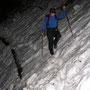 Wir folgen einander im Abstand von 20 Metern. Gut erkennbar ist die stattliche Schneehöhe auf dem Wanderwegtrassee