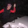 Wanderleiterin Priska misst in der Gartenwirtschaft die Schneedecke (12-15cm)