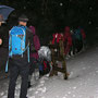 Beim Waldausgang unterhalb Hofbergli packen wir Schirm oder Regenschutz aus