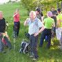 Die Wanderleiterin offeriert ein Apéro mit selbstgebackenen Schinkengipfeli