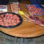 Zum Apéro offeriert Toni selbstgefangenen Alaska-Lachs und aus Russland mitgebrachten Kaviar