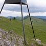 Endspurt zum Gipfeldreieck vom Mont Racine auf 1439m. Im Hintergrund die endlosen Alpweiden auf dem Anmarsch