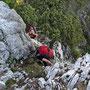 Der Wanderleiter gibt hilfreiche Tipps an einer heiklen Stelle