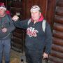 Die finstere Miene hellt langsam auf beim Apéro in der Riedholzer Waldhütte