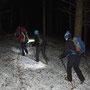 Die Asphaltstrasse ist vollständig vereist und so treten wir gerne in den Wald ein