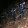 Gänsemarsch ist angesagt auf dem schmalen Pfad im abschüssigen Gelände