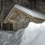 Auch bei der Waldhütte unten liegt noch Schnee