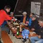 Der Gastgeber serviert Leckeres vom Grill samt Beilagen