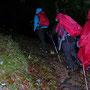 Gut eingepackt starten wir bei Regen und Wind auf morastigem Boden