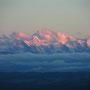Die Berner Gipfel leuchten im Abendrot.