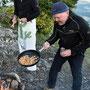 Profi-Koch Bauke kehrt die Crevetten mit einem einzigen Handgriff
