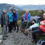 Gipfelfoto in dem von der Wanderleitung befohlenen, warmen Juli-Tenue