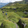 Der längere, leichte Abstieg zur Bovarinahütte findet in malerischer Umgebung statt
