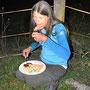 Echte Outdoorspezialisten benötigen weder Tisch noch Stuhl zum Nachtessen