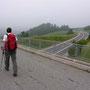 Ein kurzes Stück ungewontes Wandergelände: Ueberquerung der Autobahn zwischen Ballaigues und Vallorbe