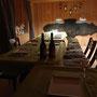 Kuschelzimmer mit gedecktem Esstisch