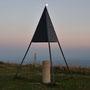 Nebst Sonne ist auch der Mond zu sehen über dem sogenannten Triangulationspunkt